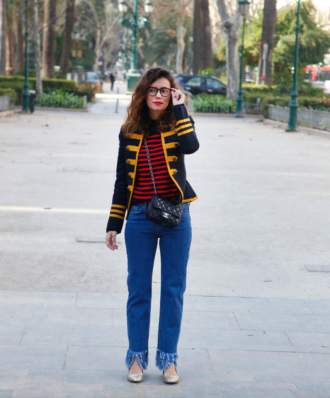 militar jacket-strippes_the-fab-glasses_frayed-jeans