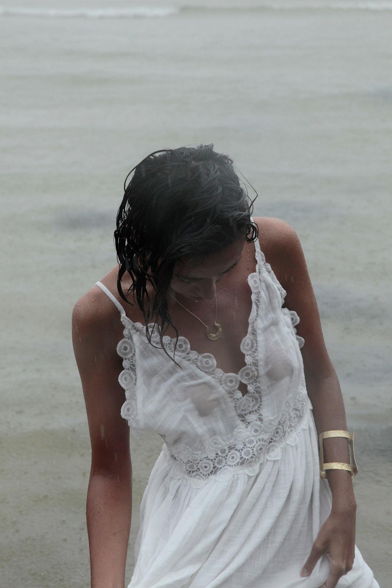 white_romancti_dress-curvy_hair-water-thailand-cool_lemonade-streetstyle-outfit