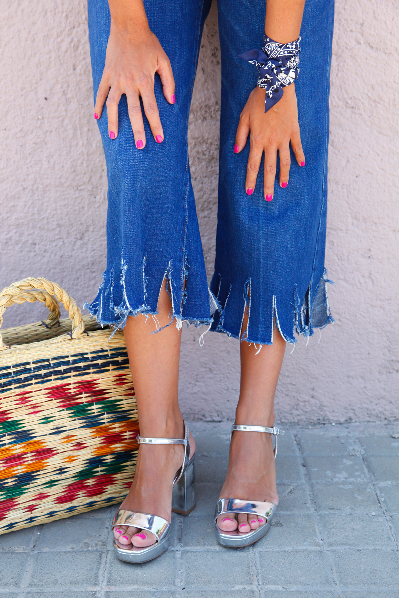 Floral_embroidered_top-cool_jeans_fringe_jeans-blue_popelina-cool_lemonade-streetstyle